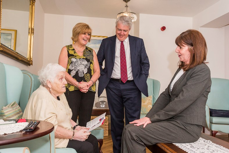 First Minister Carwyn Jones was in Wrexham with Lesley Griffiths and visited Gwernalyn to meet residnets. Jen Robert, manager at the home introduced them to Anne Jones